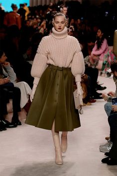 Women's Fall/Winter Fashion Show Creative Director Silvia Venturini Fendi. Casual Fashion Trends, Indian Fashion Trends, Spring Fashion Trends, Summer Fashion Trends, Fashion Week, Milan Fashion, Workwear Fashion, Fashion Blogs, Chanel Fashion