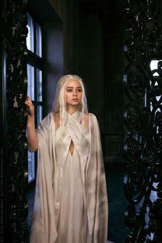 Daenerys Targaryen (A Game of Thrones) Daenerys Targaryen Cosplay, Daenerys Targaryen Aesthetic, Khaleesi Costume, Halloween Cosplay, Cosplay Costumes, Tattoo Grafik, Game Of Thrones Dress, Game Of Trone, Suits
