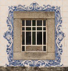 Fajões, Oliveira de Azeméis, Portugal Antique Tiles, Antique Doors, Arched Windows, Windows And Doors, Tile Panels, Kitchen Wall Tiles, Portuguese Tiles, Spanish House, Glass Ceramic