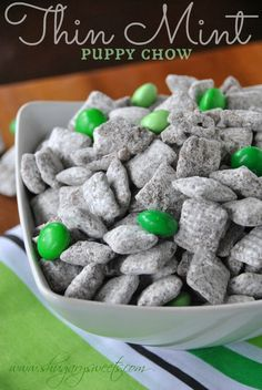 Thin Mint Puppy Chow - No Thin Mints are actually harmed in making this recipe! However, this Puppy Chow tastes like your favorite Girl Scout Thin Mint cookies - for HUMANS only :) Sweet Recipes, Snack Recipes, Dessert Recipes, Fast Recipes, Cupcakes, Delicious Desserts, Yummy Food, Mint Desserts, Dessert Healthy
