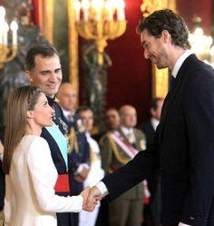 Los reyes Felipe VI y Letizia saludan al jugador de baloncesto Pau Gasol.