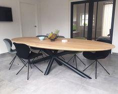 Lange massief eiken ovale tafel met xx onderstel van ronde kokers.