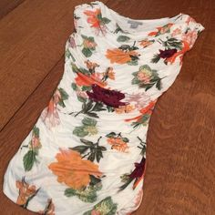 "Floral print top w/ side ruching ❤️HP Floral print top w/ side ruching is fully lined, form fitting. 100% viscose   Bust 15.5 UNSTRETCHED  length 25"" colors - cream, orange burgundy green tan ❤️ H&M Tops"