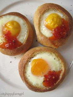 31 Eggs In Exciting Holes - Baked eggs in dinner rolls with hot sauce is the easiest/cheapest dinner ever. Perfect Breakfast, Breakfast Time, Healthy Cooking, Cooking Recipes, Budget Cooking, Healthy Food, Frugal Meals, Easy Meals, Eggs In A Basket