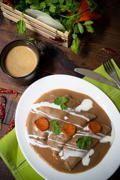 Estas enfrijoladas son un platillo típico de la región de Oaxaca en México. Consisten en tortillas de maíz bañadas en salsa de frijol. Pueden ir rellenas de huevos revueltos, de pollo o solas.
