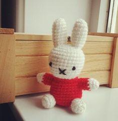 ミッフィーのあみぐるみの無料編み図(Miffy) Knitted Animals, Knitted Bags, Teady Bear, Cute Dolls, Amigurumi Doll, Cool Toys, Handicraft, Puppets, Crochet Projects