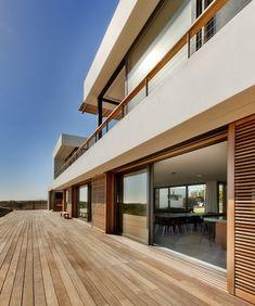 URLAUBSARCHITEKTUR__Big_Bay_Beach_House Terrasse // on aime beaucoup les volets coulissants