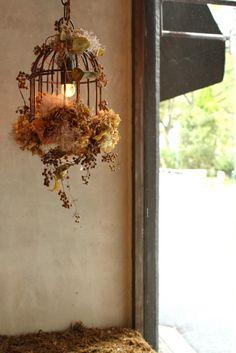 ジィール シャンデリア/シャンデリア(アイアン製) bird cage 1灯。アイアン製の鳥かごのシャンデリアにドライフラワーのあじさいや蔦を装飾したジィールオリジナルのシャンデリア。