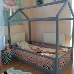 Перекрасила кровать-домик для детей. Выбрала #ЦветНепогода #ЦветГретта и труба #ЦветСнег Мне нравится сочетание серого и розового, тем более кроватка эта для Василисы. Сверху вскрою лаком. Краски, как и всегда, @dariageiler #ДарьяГейлер #КраскаПерекраска