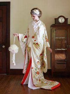 アクア・グラツィエがセレクトした、和装、四季花に鶴の丸(ウチカケ728 黄色)をご紹介いたします。