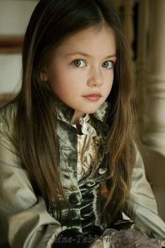 Mackenzie Christine Foy is an American child model and actress. She is best known for her role as Renesmee Cullen, the daughter of Bella Swan and Edward Cullen, in The Twilight Saga: Breaking Dawn....se riesco te la mando