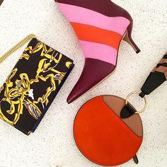 Close nos acessórios do inverno 2017/18 da @dvf que exploram o mesmo rico mix de cores e materiais das roupas criadas por Jonathan Saunders - enquanto isso a primeira coleção assinada pelo estilista escocês que acaba de chegar às lojas americanas da grife desembarca no Brasil em março. (Via @viviansotocorno) #voguenanyfw #nyfw #dvf  via VOGUE BRASIL MAGAZINE OFFICIAL INSTAGRAM - Fashion Campaigns  Haute Couture  Advertising  Editorial Photography  Magazine Cover Designs  Supermodels  Runway…