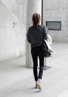 - queue de cheval haute touffue - pull noir et blanc dans le jeans  - (jeans noir troué H&M retroussé) - toms noir