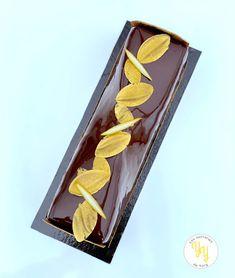 Un bûche traditionnelle au niveau des saveurs. La bûche chocolat Poire est composée : - d'une mousse chocolat à base de pâte à bombe - d'une compotée de poire épicée - d'un biscuit chocolat - d'un croustillant praliné Pour la déco, un glaçage miroir cacao et quelques décors en chocolat noir tempéré et poudrés en doré. Cacao, Blog, Table, Chocolate Fondue, Tables, Desks, Desk