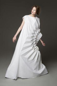 "sculptural fashion design // ""Sculpting Mind,"" Yuki Hagino Me: Stick with origami cuz no one's ironing that shit back later Foto Fashion, 3d Fashion, Fashion Details, Fashion Show, Fashion Design, Unique Fashion, Womens Fashion, Origami Fashion, Paper Fashion"