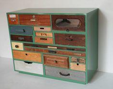 Ladenkast, bestaande uit een verzameling van oude lades die zo in elkaar zijn gepuzzeld dat het weer één kast is. Door Elzo Houtbewerking