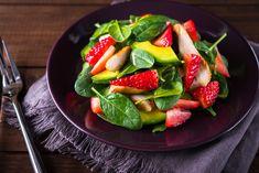 ¡Esta ensalada de espinaca con fresa y aguacate es espectacular! Con un sabor acidito y delicioso, que no te hará sentir culpable, además de tener un toque crujiente por los piñones tostados y una fresca vinagreta balsámica.