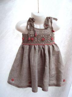 Vestidinho infantil em linho com pala e apliques em crochê