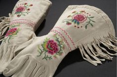 Gloves, Nehiwyan, mid century Collection , Traditions of the Cree Nation. Part of Glenbow Museum, AP 2252 A-B Native American Regalia, Native American Crafts, Native American Beadwork, Indian Beadwork, Native Beadwork, Native Style, Native Art, Jingle Dress, Native Design