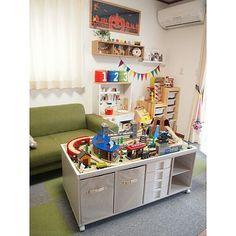 女性で、3LDKのカラーボックス/DIY/子供部屋についてのインテリア実例を紹介。「リビングの一角においてあり、カラーボックスを土台に作ったプレイテーブルです。キャスター付きで遊びたい場所に移動可能。テーブル下部は収納スペースで、プラレールや積み木、絵本などおもちゃを大容量収納できます。 プレイテーブルは3cmほどの木の枠で囲ってあり、テーブル上のおもちゃが落下しにくい仕様になってます♪」(この写真は 2015-01-08 22:21:35 に共有されました)