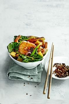 Een hartstikke simpel gerecht voor door de week: garnalenroerbak met spinazie en zoete mango. Tip van Janneke: 'Vervang voor niet garnalenliefhebbersde garnalen doorstukjes kippendijfilet en maakvoor iedereen een kom naar smaak.' Serveer met je favoriete rijst of noedels. Deze kruidige roerbak is ook gemaakt met