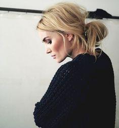 O coque baixo é um dos penteados básicos que adicionam uma dose de estilo ao seu look.