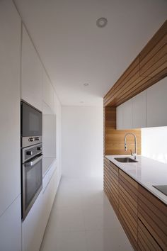 Image 2 of 16 from gallery of House in Falcoeiras / RVdM Arquitectos. Photograph by RVdM Kitchen Dinning Room, Kitchen Room Design, Interior Design Kitchen, Modern Interior Design, Luxury Modern Homes, Minimalist Kitchen, Natural Light, Attraction, Portugal