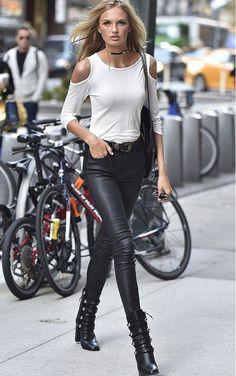 Street style de Romee Strijd com calça de couro preta e blusa cut out nos ombros.