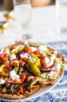 Kycklinggyros pizza - 56kilo.se - Recept, inspiration och livets goda High Fat Keto Foods, Kebab Wrap, Lchf, Sushi Rolls, Vegetable Pizza, Keto Recipes, Sandwiches, Low Carb, Tasty