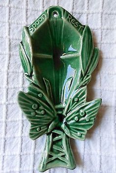 Here's a nice dark green butterfly spoon rest, made by McCoy Pottery in the It measures long and is wide. Antique Pottery, Roseville Pottery, Mccoy Pottery, Glazes For Pottery, Ceramic Pottery, Pottery Art, Hull Pottery, Green Butterfly, Vintage Butterfly