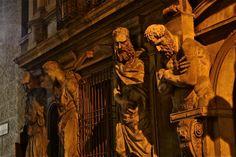 """La Casa degli Omenoni è un palazzo di Milano costruito intorno al 1565, situato nella odierna Via degli Omenoni, dietro la Chiesa di San Fedele. Il nome deriva dagli otto telamoni (omenoni, ovvero """"grandi uomini"""") della facciata, scolpiti da Antonio Abondio. WWW.ORIZZONTENERGIA.IT #Milano"""