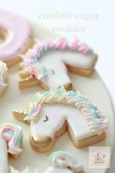 (Video) How to Decorate Simple Unicorn Cookies - pinertions Fancy Cookies, Royal Icing Cookies, Summer Cookies, Heart Cookies, Icing Recipe, Sugar Cookies Recipe, Unicorn Christmas, Confetti Cookies, Unicorn Cookies