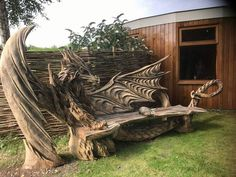 Wood dragon bench by Igor Loskutow. Igor Loskutow used a chainsaw to carve this Incredible dragon bench. Deco Originale, Dragon Art, Dragon Garden, Oeuvre D'art, Garden Art, Cool Furniture, Backyard, The Incredibles, Architecture
