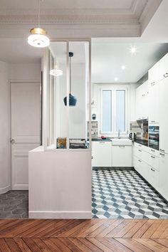 Cuisine blanche : verrière et carreaux de ciment pour une cuisine bourrée de charme