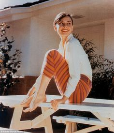 Memorable White Shirt Moments Through the Decades - Audrey Hepburn, 1956 from Style Audrey Hepburn, Audrey Hepburn Photos, Audrey Hepburn Wallpaper, Aubrey Hepburn, Katharine Hepburn, Classic Hollywood, Old Hollywood, Hollywood Actresses, Lauren Bacall