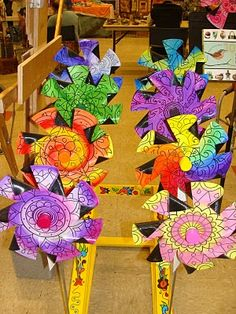 Last weekend I carted the Pinwheels down to Lewis School for the Lewis Garden Fair. It was so much fun! Vinyl Record Crafts, Old Vinyl Records, Vinyl Crafts, Vinyl Art, Records Diy, Cd Crafts, Music Crafts, Diy Crafts For Kids, Recycled Cds