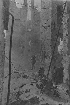 STALINGRADO DURANTE LA BATALLA  -  En esta  fotografía se puede observar a soldados rusos peinando un acalle de la ciudad....