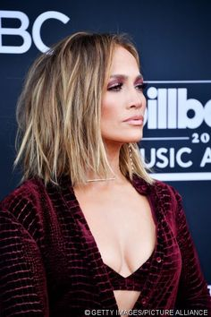 13 Popular Jennifer Lopez Hairstyles That rocked The Fashion World - Until Dress Hair Lights, Light Hair, Balayage Hair, Ombre Hair, Jlo Short Hair, Jennifer Lopez Hair Color, Jennifer Lopez Short Hair, Medium Hair Styles, Curly Hair Styles