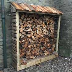 Old Pallets Ideas Log store made with old pallets Outdoor Firewood Rack, Firewood Holder, Firewood Shed, Firewood Storage, Wooden Pallet Projects, Woodworking Projects Diy, Log Shed, Garden Ideas To Make, Garden Furniture Design