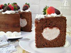 Torta al cioccolato cuor di fragola, una elegante torta ricoperta con ganache al cioccolato che nasconde al suo interno, un cuore di fresco formaggio aromatizzato alla fragola. Come base ho preparato una golosa torta al cioccolato ed arancia e, per la decorazione, ciuffi di panna e fragole fresche.