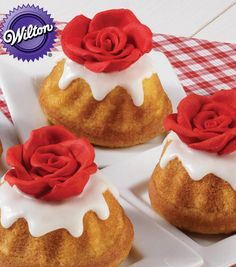 A delicious treat from Wilton! Rose-Topped Mini Fluted Cakes