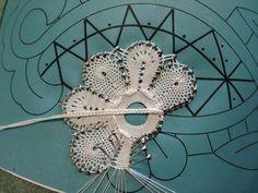 fuselliamo a standard motif in Duchesse Lace Art, Bobbin Lace Patterns, Lace Jewelry, Needle Lace, Lace Making, String Art, Hand Embroidery, Stitch, Knitting