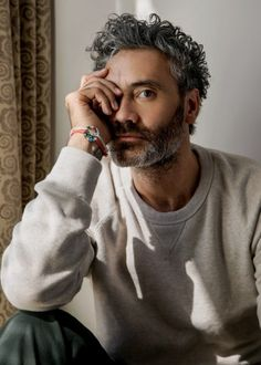 The manic, genius energy Taika Waititi brings to set makes the likes of Chris Hemsworth, Cate Blanchett, and Tessa Thompson want to work with him. Foto Portrait, Portrait Photography Men, Flash Photography, Photography Tutorials, Beauty Photography, Digital Photography, Beautiful Men, Beautiful People, Beautiful Dresses