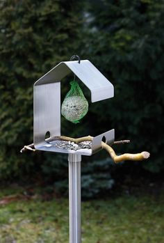 Das OPOSSUM design Vogelhaus VH-2 ist gefertigt aus gebürstetem Edelstahl. | inGarden - Garten. Haus. Lifestyle.
