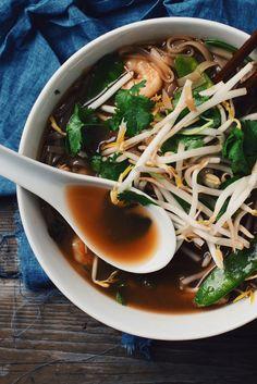 Cette soupe asiatique au porc et aux crevettes a un bouillon de fou.Plein…