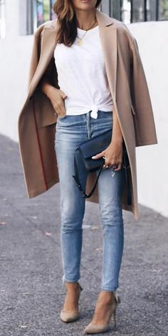how to wear a beige coat : white top + jeans + heels + bag stylish mom outfits Heels Outfits, Outfit Jeans, Mode Outfits, Fashion Outfits, Ladies Fashion, Casual Heels Outfit, Casual Attire, Woman Fashion, White Heels Outfit