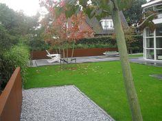 De acht 3-3,5m meerstammige VIPTREE Acer Rufinerve bomen geven hoogte en 'body' aan de tuin die vrijwel direct volwassen is. Tevens zijn de bomen hartje zomer aangeplant zonder enige groeistop.     De 1x1meter Schellevis oud Hollandse tegels geven een natuurlijk uitstraling en zijn langst de randen 8cm dik om de lijnen te accentueren.     Het CorTenstaal muurtje geeft een extra dimensie aan de tuin en geeft in combinatie met de bamboe, die er boven uit schiet, een speelser effect aan de…
