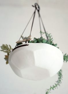 'faceted hanging tray' by pigeon toe ceramics. i'm really into hanging planters right now. suspended succulents, air plants, herbs, or a fave fleur!