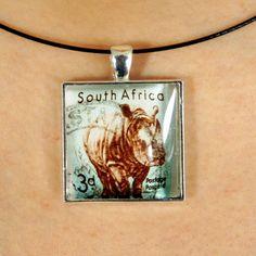Magnifique pendentif illustrant un rhinocéros fait avec un timbre-poste oblitéré by PetiteMeduse on Etsy
