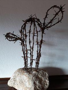 Barbed Wire Art, Copper Wire Art, Barb Wire Crafts, Art Fil, Scrap Metal Art, Book Sculpture, Welding Art, Stone Crafts, Recycled Art